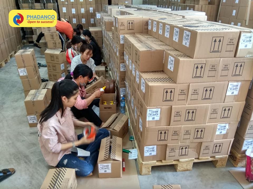 Đội ngũ lao động thời vụ của Phan Đăng đang cần mẫn làm việc tại Công ty Oriflame